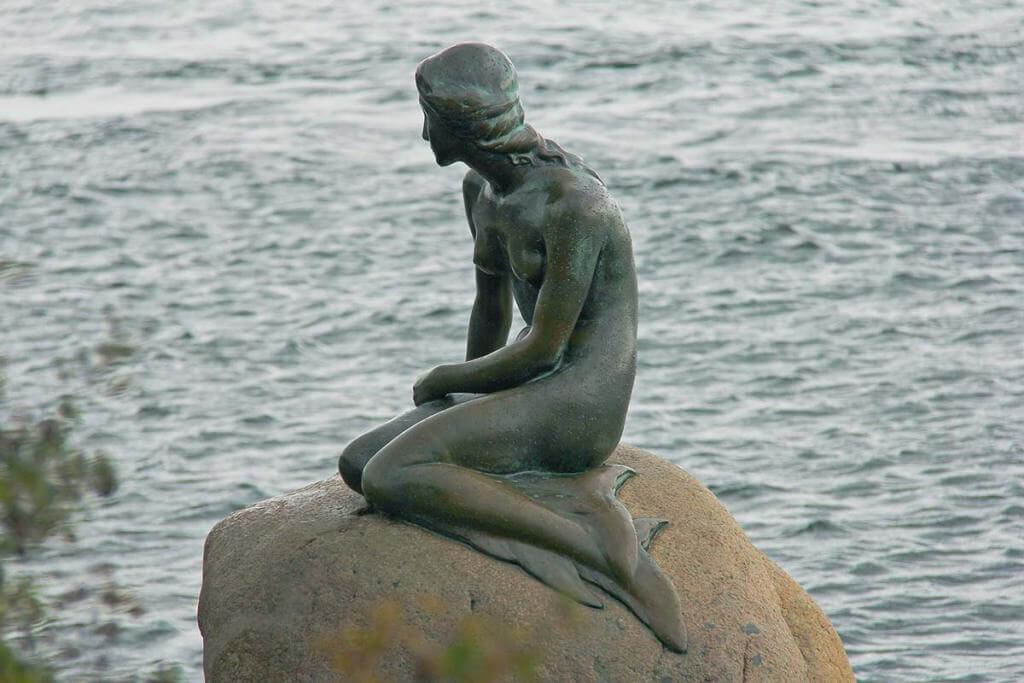 La-sirenita-en-copehage----Tierra-Hechicera----Cola-de--Sirena---Amuleto