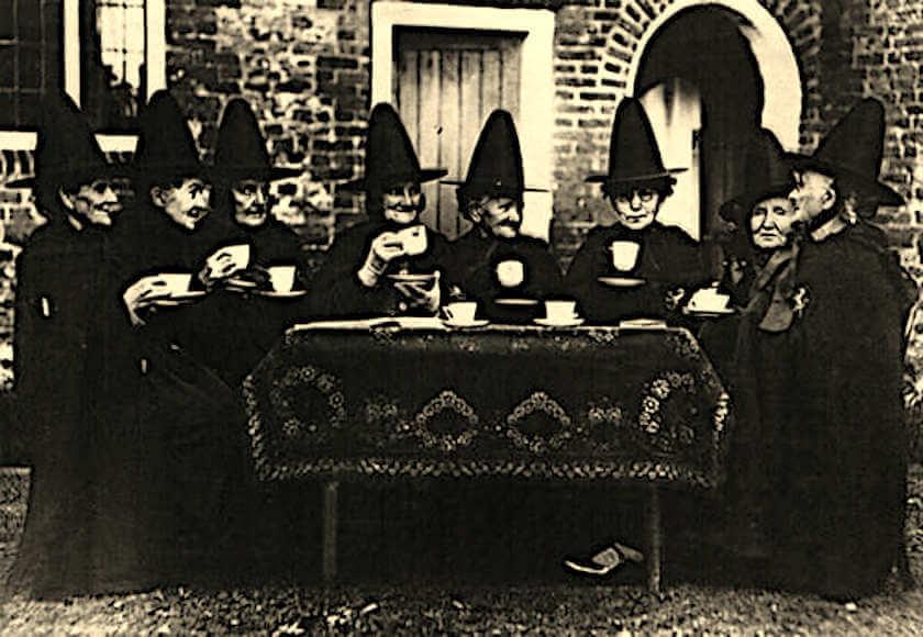 Brujas tomando un te
